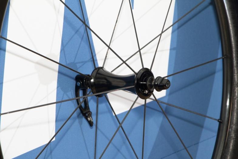 ハブはアルミ製。ベアリングはカルトベアリングを採用している。形状も空力性能を重視したものだ