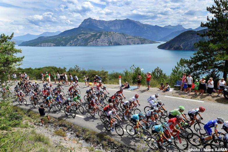 選手たちを苦しめた山岳を背に、南仏へと向かう集団 photo:Miwa IIJIMA