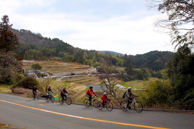 市街地から数km走るだけで、豊かな里山や棚田の風景のなかサイクリングを楽しめる