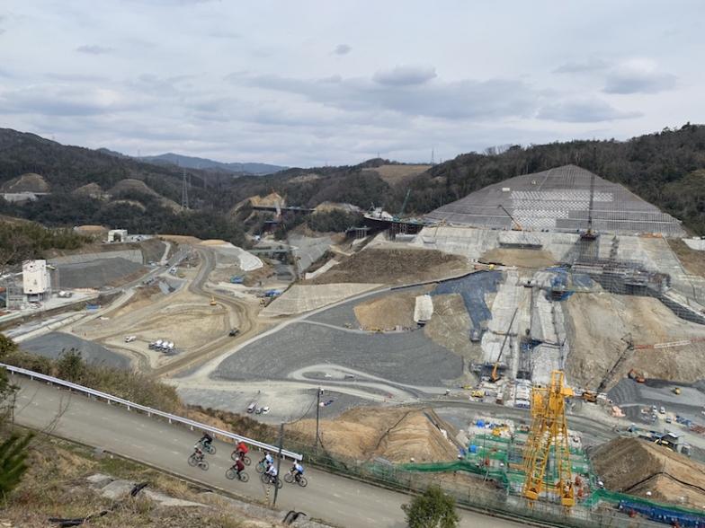 上級コースのライダーたちが建造中の安威川ダム脇を走り抜ける。このダイナミックな景色は今しか見れない!