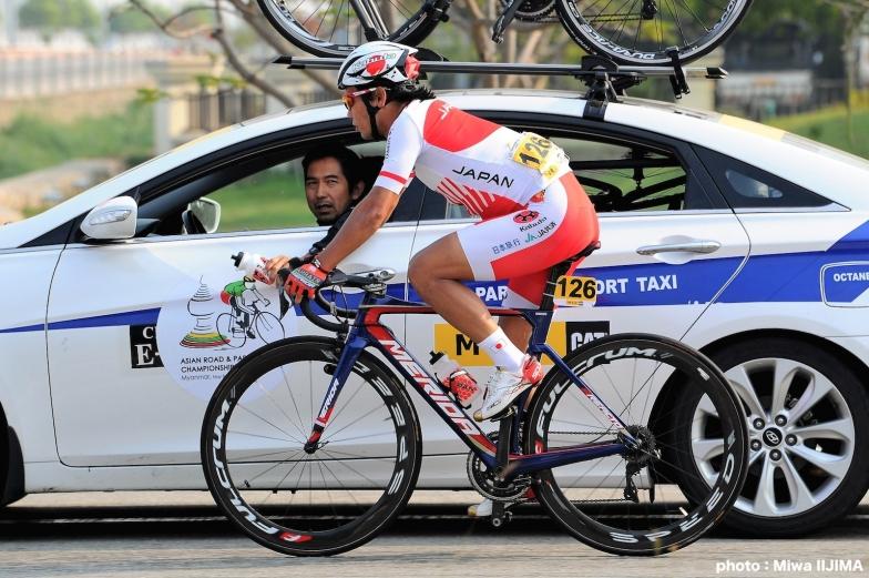 ボトルを受け取りにチームカーにさがり、日本チームの浅田監督からの指示を聞く新城幸也 photo:Miwa IIJIMA
