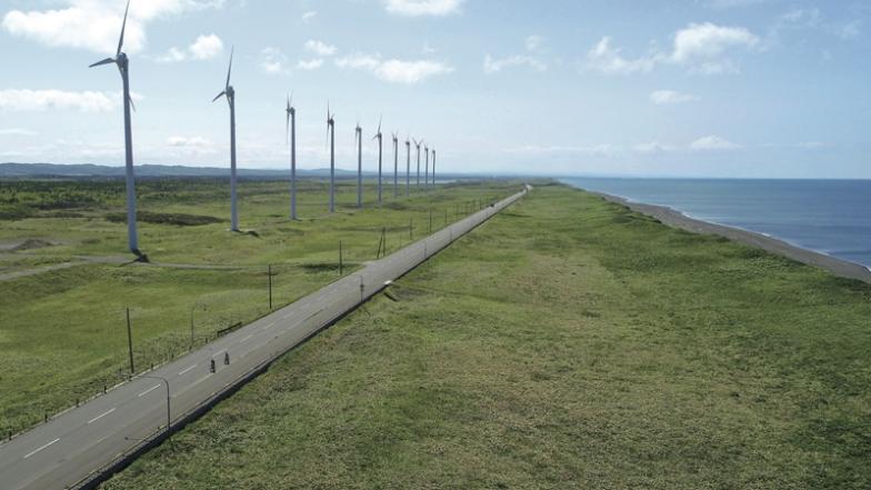 宗谷サンセットロード:オトンルイ風力発電所を右に見てオロロンラインを北上。28基の巨大風車が回るさまは壮観だ