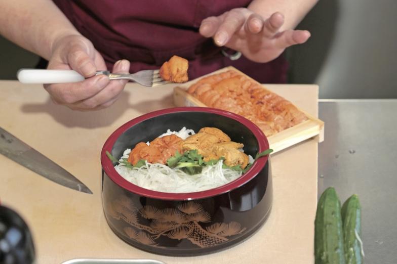 稚内港にある海鮮炉端「うろこ亭」では、キタムラサキウニとエゾバフンウニがてんこ盛りの二色丼がお薦め