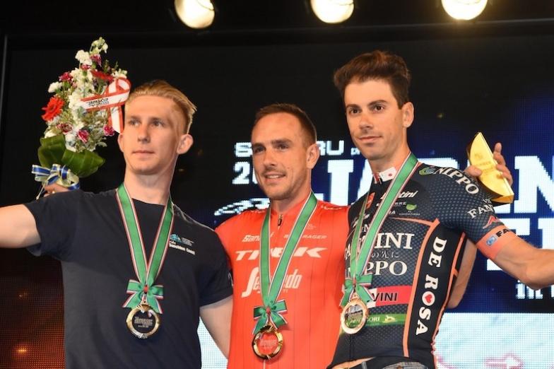 左から2位のスコット、優勝したデゲンコルプ、3位のカノラ