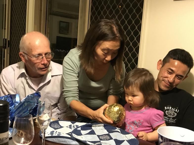 サチコさんが用意した金色の巨大チョコエッグに興味津々のカレンちゃん。中には小さいチョコエッグがたくさん詰まっていました!日本のくす玉にちょっと似ていますね
