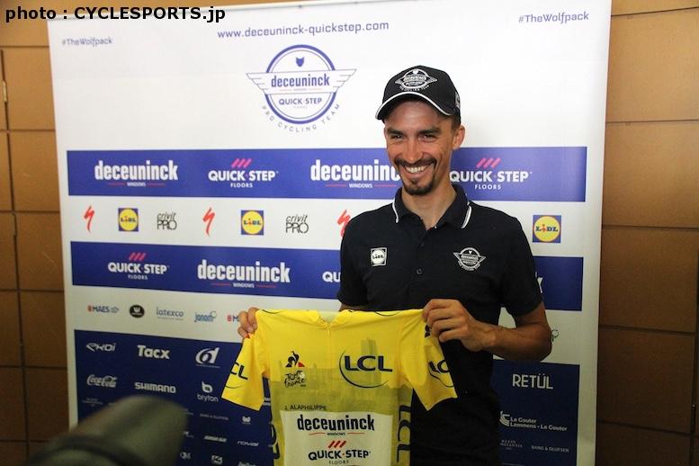 第10ステージで着用したマイヨ・ジョーヌを持って記念撮影をしたアラフィリップ