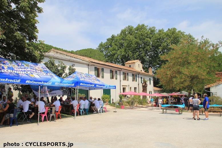 南仏ニーム郊外のブドウ農園で開催されたドゥクーニンク・クイックステップ恒例のムール貝パーティ