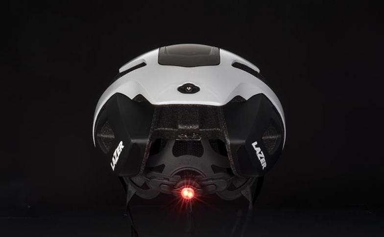 バックル部分にはテールライトを装着することができるほか、頭部で心拍を測定できるセンサー「ライフビーム」や、平衡センサーを簡単に追加することが可能