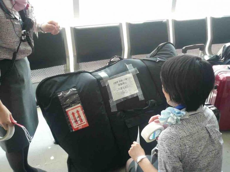 静岡空港の全日本空カウンターでは「自転車 取扱注意! 搭載時はこの面を上に!」の紙を用意
