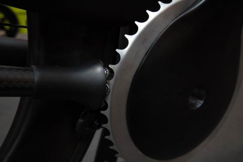 フロントはシングル仕様。ドライブシャフトの端に小さなベアリングがいくつも確認できる