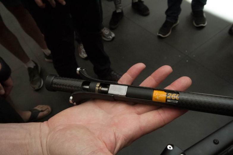 カーボン製ドライブシャフトは、その内部にバッテリー、モーター、パワーセンサーを内蔵