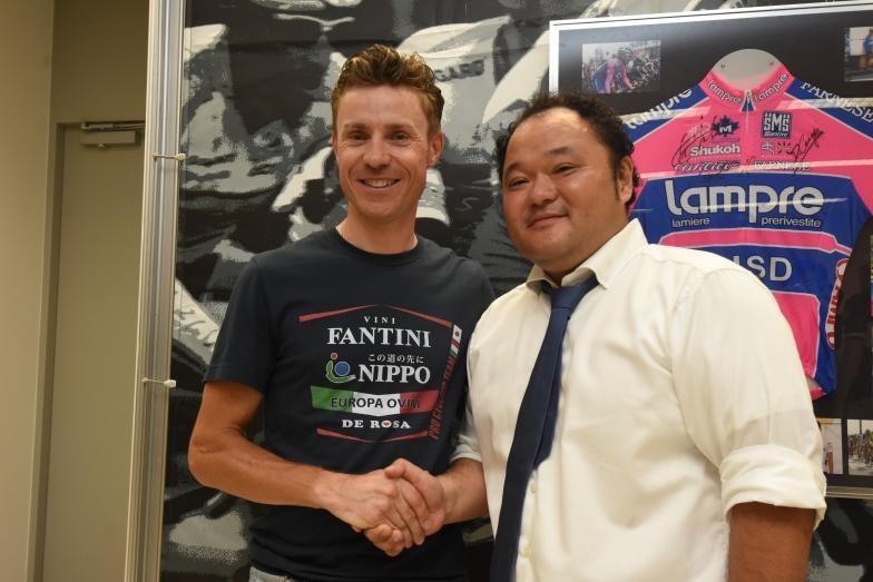 クネゴと固い握手を交わした佐久間取締役(右)。秀光が企画するイベントで、またクネゴに会えるのが楽しみだ