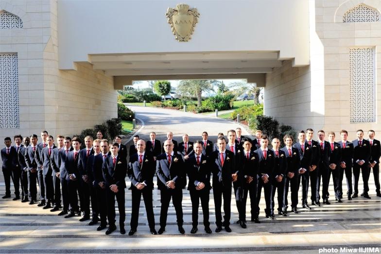 バーレーンの王宮で撮影されたバーレーン・メリダの幹部スタッフと選手全員の集合写真 photo:Miwa IIJIMA