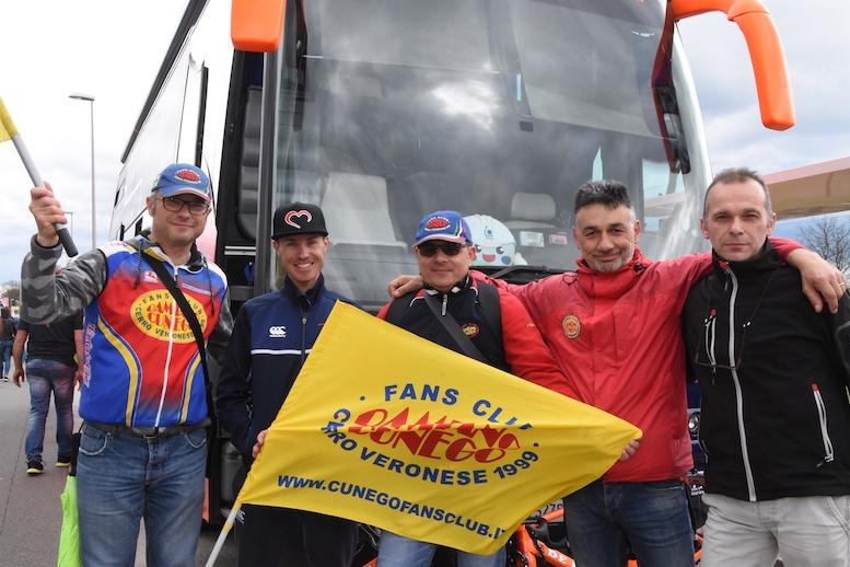 イタリアの地元から応援に駆けつけたファンクラブのメンバーたちとクネゴ
