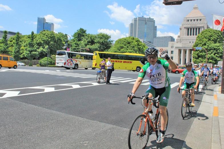 青空の下、多くの議員が愛車のバイクとともに皇居周回を走った