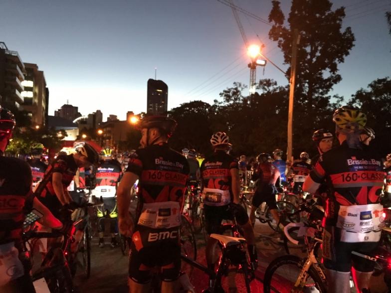 スタートは日の出前。160kmコース参加者は大会記念ジャージがもらえるので、着て走ることで、MSへの啓発も兼ねます