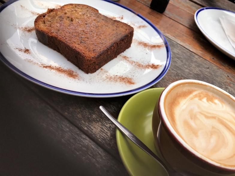 フラットホワイトとバナナブレッド。フラットホワイトはオセアニアで主流のエスプレッソベースのコーヒー。 エスプレッソに注がれたきめ細やかなスチームミルクは口当たりマイルド♪