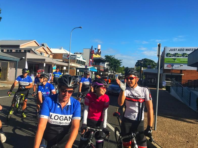 ブリスベンの隣町、ローガンサイクリングクラブの土曜早朝ライドでの一コマ。その週あった出来事や、週末の予定なんかを談笑しながら和気あいあいとした雰囲気で走ります