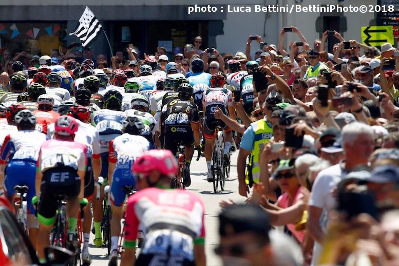 ブルターニュ地方の沿道は大勢の観客で埋め尽くされていた (©Bettiniphoto)