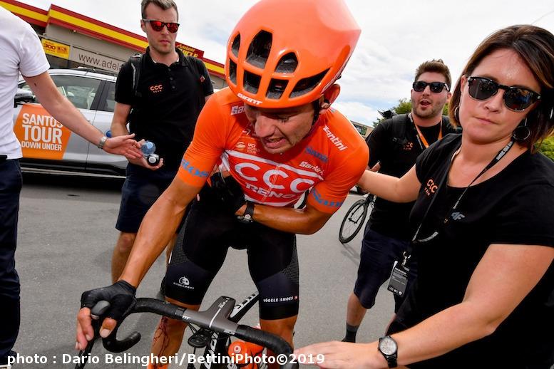 残り10kmの落車で負傷しながら、先頭集団でゴールしたベヴィン (©Bettiniphoto)
