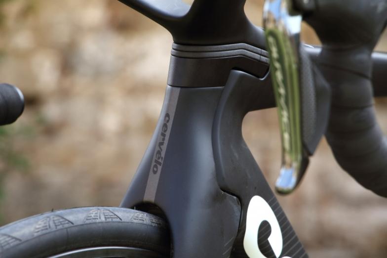 TTバイクのようなヘッド周辺のデザイン。ヘッドパーツの中にも金属製の細いシャフトが通っており、それを上部のアルミパーツとつないで固定する
