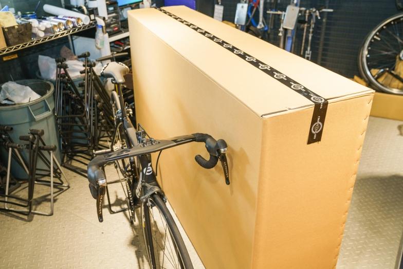 バイクが完成車状態で梱包できる箱を使用