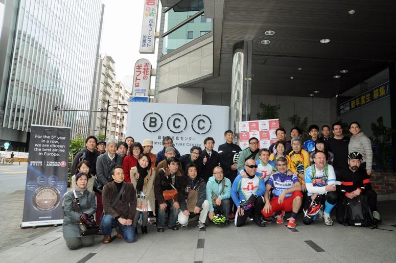 交流会の参加者と自転車文化センター(東京都品川区)前で記念撮影