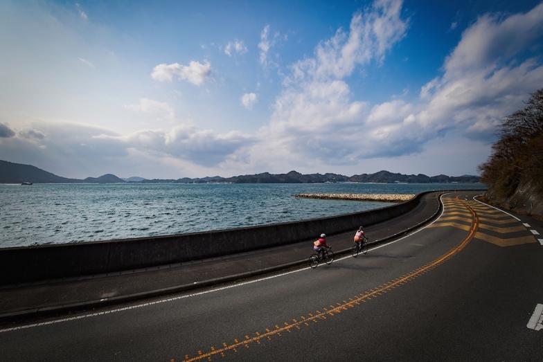 穏やかな瀬戸内の海を眺めながら、島影を追って疾走。東京から飛行機で1時間半。圧倒的な心地よさに感無量だ