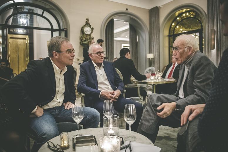 アソスの創業者トニ・マイヤー(右)と談笑するイノー(左)とズートメルク(中央)
