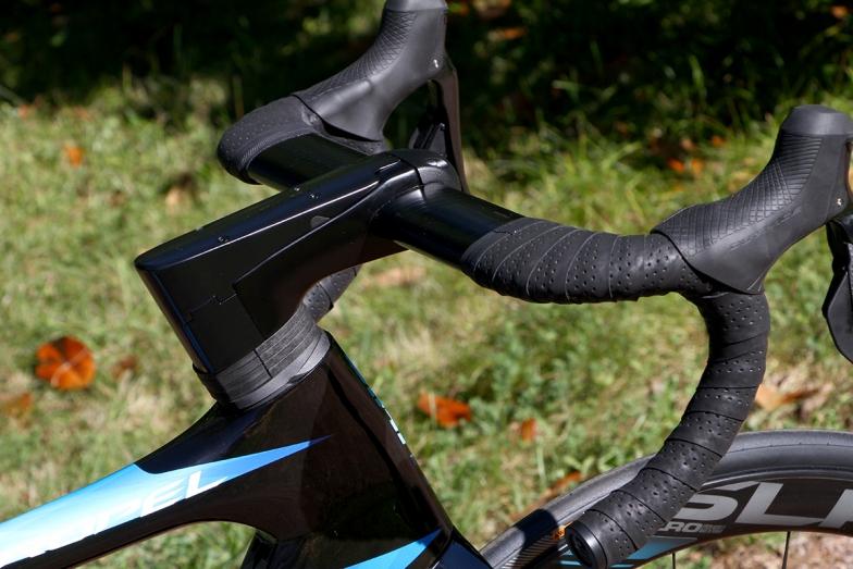 新型プロペル専用ステム&ハンドル。ワイヤ類が一切フレームの外側に出ない。一体型にしなかったのは、サイズの選択肢を増やすため。ただし、ハンドルクランプ部は翼断面形状なのでハンドル角度の調整はできない