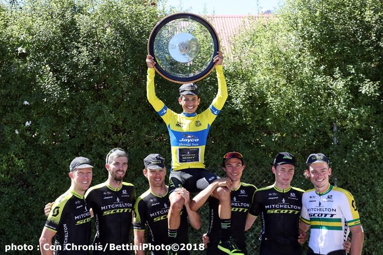 オーストラリアで最も歴史の古いヘラルドサン・ツアーで総合優勝したチャベスはチームメートに肩車されて記念撮影した(©Bettiniphoto)