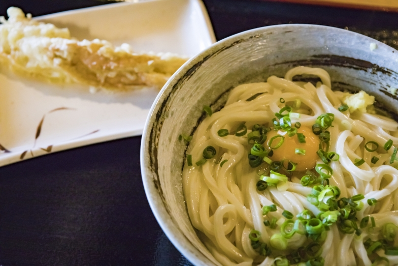 行列の絶えないうどん店「松製麺所」で釜玉(大・440円)を。揚げたてのちくわ天も忘れずに