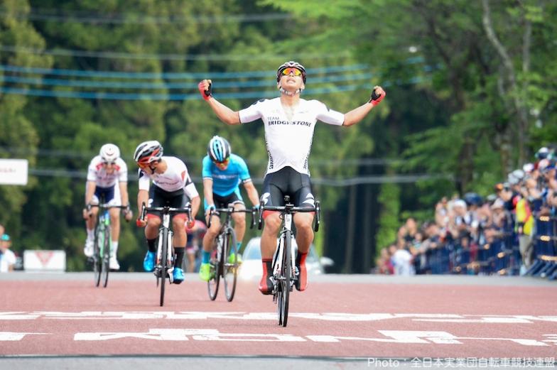 6人のスプリント勝負を制した今村駿介(TEAM BRIDGESTONE Cycling)が優勝