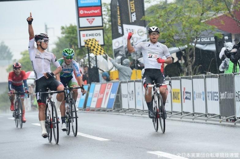 今村駿介(写真右)と窪木一茂(写真左)でTEAM BRIDGESTONE Cyclingが1-2フィニッシュ