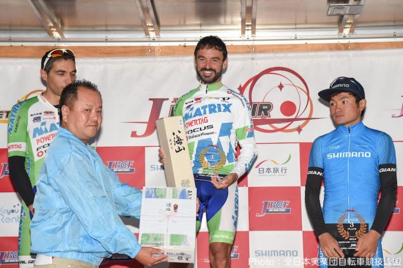 表彰式では南魚沼市特産のお米と日本酒が副賞として贈られた