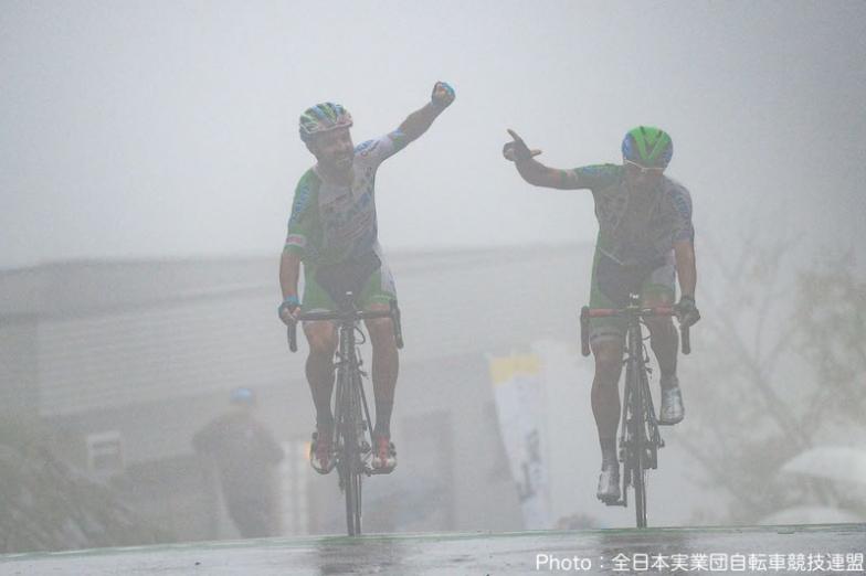 濃霧の中フィニッシュするフランシスコ・マンセボ(左)とホセ・ビセンテ・トリビオ(右、共にマトリックスパワータグ )