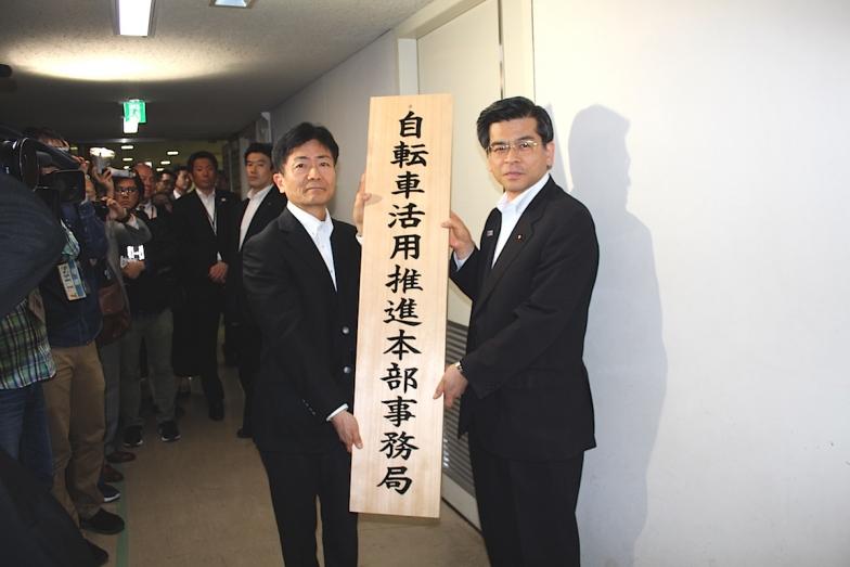 国土交通大臣の石井敬一氏(右)事務局長の石川雄一氏(左)が看板掛けを行った