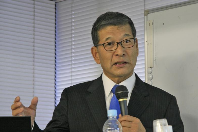 講演する前参院議員の小泉昭男氏=26日、都内で