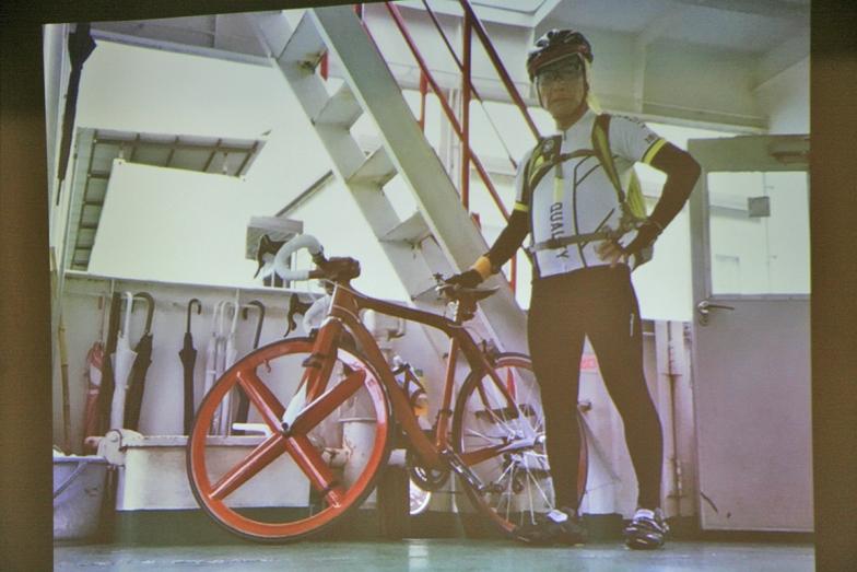 小泉氏とマホガニーバイク。昨年納車してから、すでに6000km走っているという