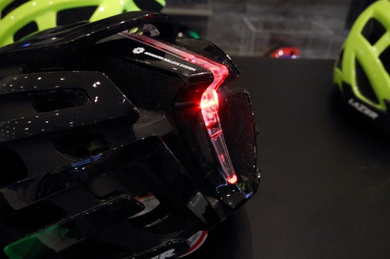 オプション装備のテールライト。クリアパーツ部分全体が光るようになっている。目立つが、見た目に溶け込むデザインでフォルムを崩さないのが魅力