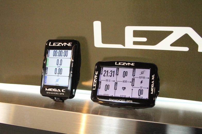 「メガC GPS」(左、価格/2万4000円・税抜)、「メガGPS XL」(右、価格/2万4000円・税抜)