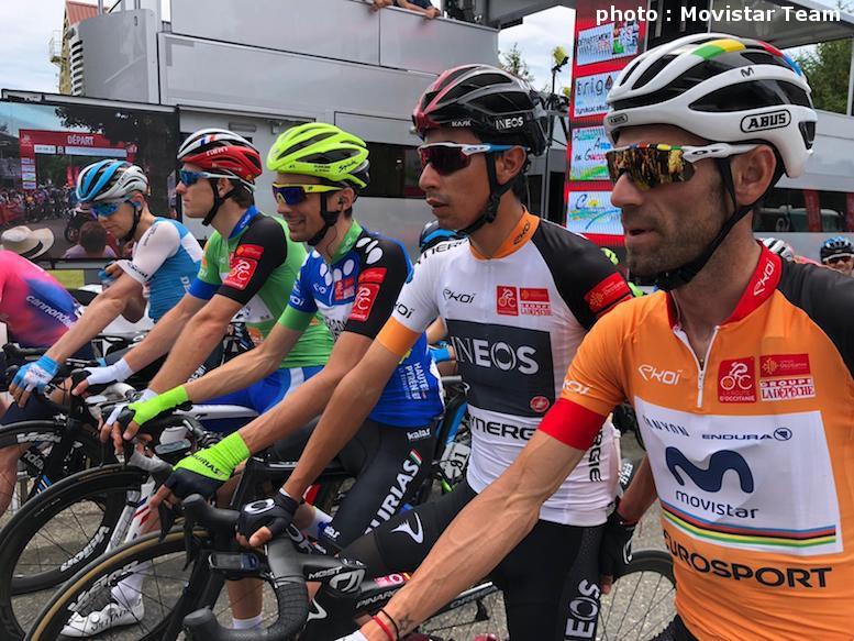 総合リーダージャージを着て最終ステージをスタートするバルベルデ(右)