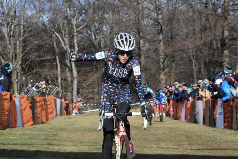 34選手が参加した女子エリート1日目は3選手での闘いを制し、カラフルなジャージを身にまとった米国のサマンサ・ラネルズ(スクイッドバイクス)が初優勝した