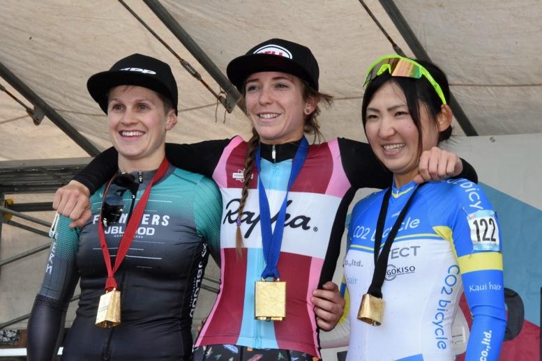 女子エリート1日目の表彰台。左からオーストラリアのエイプリル・マクドノー(フランダース・Jブラッド)、優勝したラネルズ、3位に入った今井美穂(CO2バイシクル)