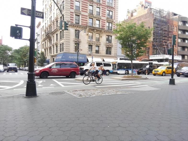 子供乗せ自転車も通行(同)