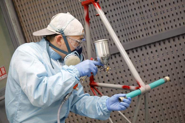 パナソニックのフレームは切削・溶接から塗装・組み立てまで大阪にある自社工場内で生産されるが、このミラーカラーも工場内にある塗装ブースで職人の手によって一本一本色が乗せられる。