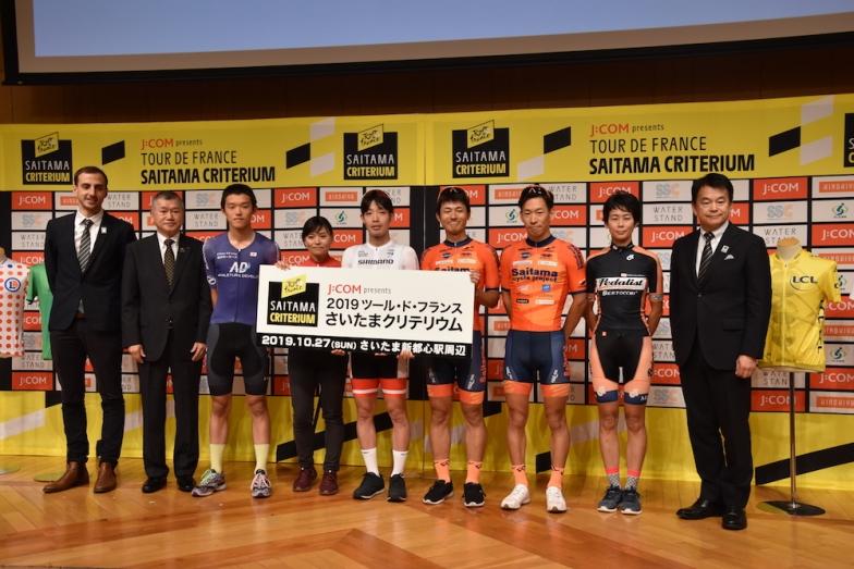全日本チャンピオン入部選手ら国内からのゲスト選手6人と大会関係者のフォトセッション。右端は2019さいたまクリテリウム推進委員会会長でもある清水勇人さいたま市長