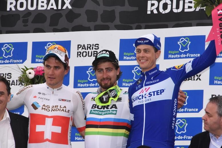 左から2位のディリエ、優勝したサガン、3位に入ってテルプストラ