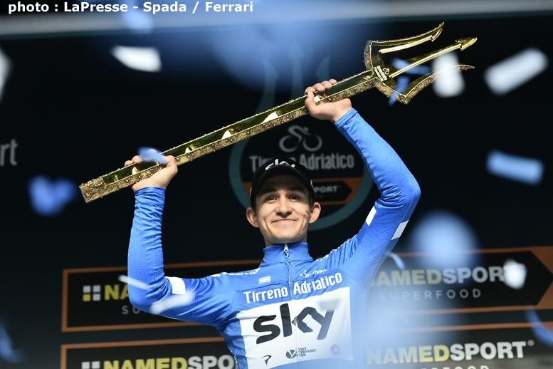 ティレーノ~アドリアーティコで総合優勝し、トライデントのトロフィーを獲得したクフィアトコフスキー
