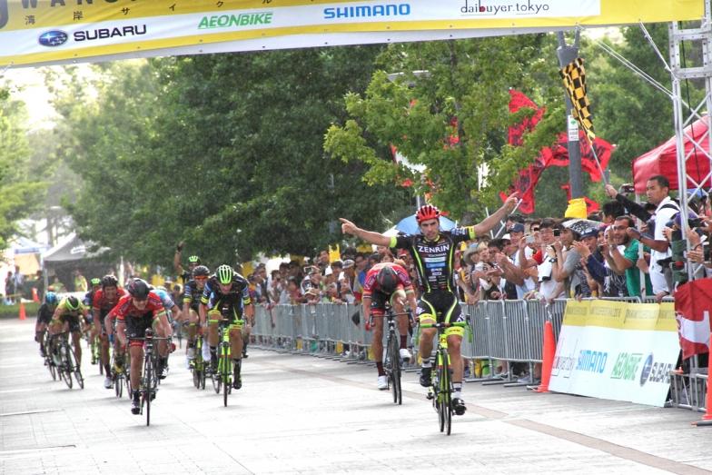 強烈なスプリントを見せつけジョン・アベラストゥリが優勝